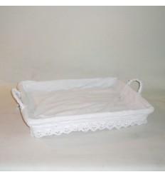 Bandeja de mimbre lacada en blanco con puntilla